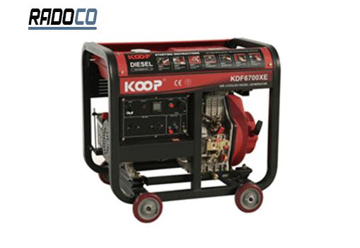موتورهای دیزلی انرژی بیشتری در واحد سوخت تولید میکنند، بنابراین موتورهای با قدرت بالا فقط با گازوئیل کار میکنند و در ژنراتورهای کم مصرف از موتورهای بنزینی استفاده میشود که از آنها به عنوان موتور الکتریکی یاد میشود.